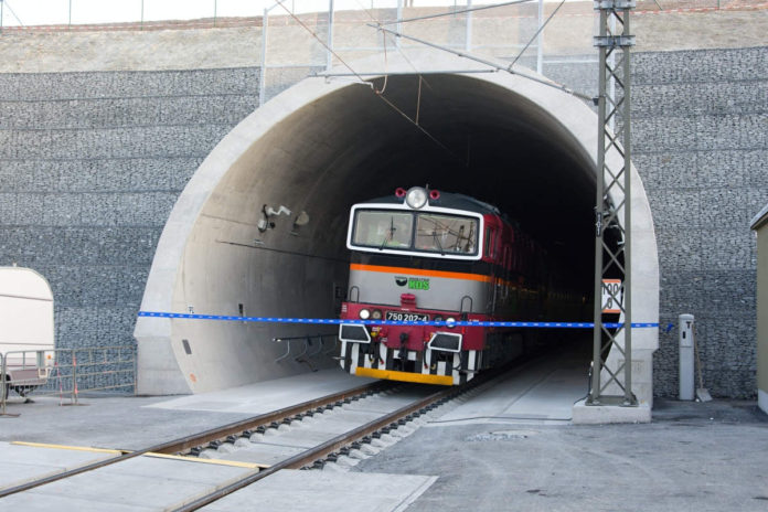 V Ejspovickém tunelu srazil vlak šestnáctiletou dívku